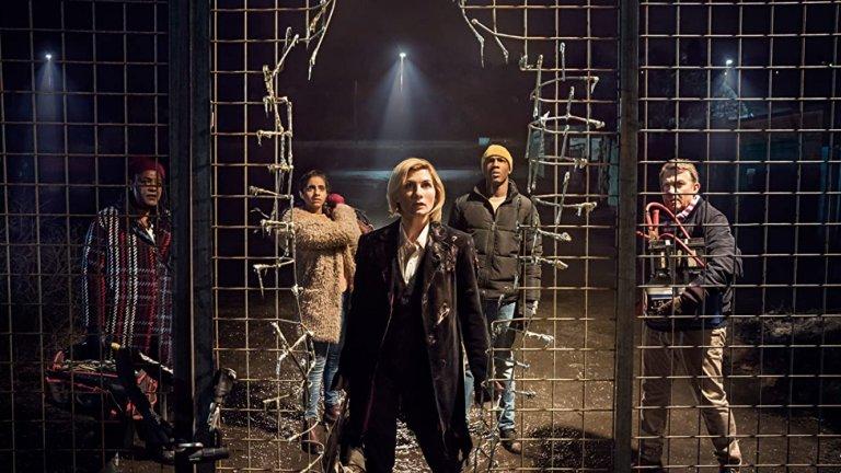 """Doctor Who  Doctor Who вероятно щеше да има доста повече от """"едва"""" 860 епизода, ако не бе прекъснат за цели 16 години през 1989 г. Приключенията на вездесъщия доктор започват още през 1963 г. и бързо набират фенове на фантастиката от цял свят, които остават запленени от сюжетните линии и цялата история за човека, който може да контролира времето. Той притежава способността и да регенерира тялото си в различни форми, което дава възможност на различни актьори с времето да поемат неговата роля. През 2005 г. Doctor Who е върнат на малкия екран, като е продължена хронологията от оригиналния сериал."""