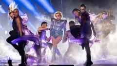 """Лейди Гага """"полетя"""" на полувремето на Super Bowl"""