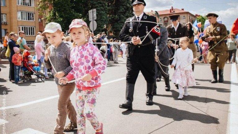 "Празник в Раменское: невръстни деца водят вериги с арестувани ""военнопленници"" - мъже в нацистки униформи"