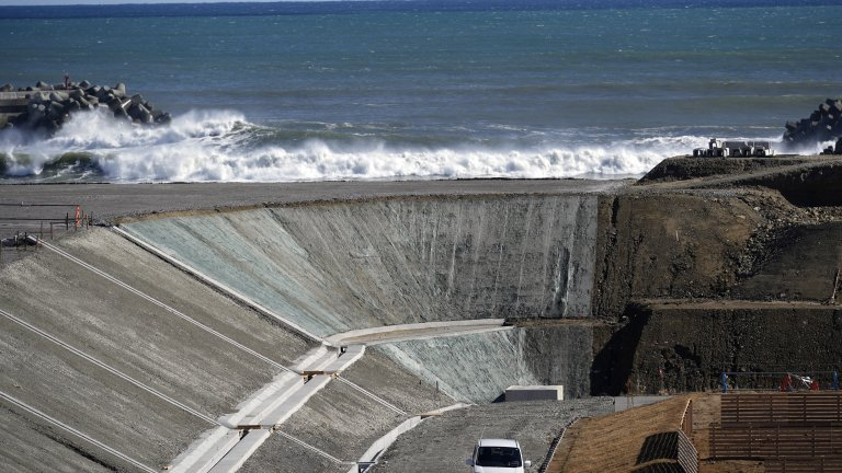 Близостта на хранилището до залива може да доведе до наводнение, предупреждават още властите