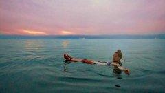 """Мъртво море    Мъртво море e най-ниската точка на Земята. Вследствие на климатичните промени нивото на водите намалява и от """"място, което трябва да посетите някой ден"""", то се превръща в """"място, което трябва да посетите сега"""".      На границата на Израел и Йордания, макар да се намира в размирен район, Мъртво море е място на мир и спокойствие, където човек може да се отдаде на почивка, кални бани и плаж в кристално чисти води. Не се притеснявайте, ако не можете да плувате - не можете да потънете заради солеността на водата, осем пъти повече от тази в океана. Можете спокойно да се носите на повърхността без надуваем дюшек, докато си четете книга, например.      На около час път е древният град Петра, едно от седемте съвременни чудеса на света, намиращ се в Йордания."""