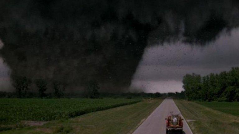 """Twister (1996) - Някакво разнообразие под формата на свръхсилно торнадо. Даже няколко. Филмът разказва за проблемна двойка, която се впуска в преследване на вихрещия се природен феномен с идеята да вкара в него специално устройство, което да изучи торнадото и да помогне за създаване на ефективна система за борба с подобни бедствия. Семейната драма е малко в повече, а разрушенията така и не достигат някакви грандиозни мащаби, които да могат да бъдат определени като апокалипсис. Все пак правят достатъчно, че да сложат """"край на света"""" за поне няколкостотин души."""