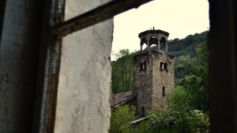 """През един от прозорците на семинарията се открива гледка към камбанарията на изоставения семинариен храм """"Св. Климент Охридски"""""""