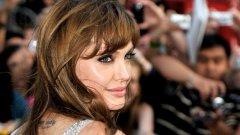 """Джоли е на върха благодарение на световния успех на филма й """"Агент Солт"""" (Salt), донесъл 300 милиона долара, и на """"Туристът"""" с Джони Деп, печалбите от който достигнаха 280 милиона долара."""