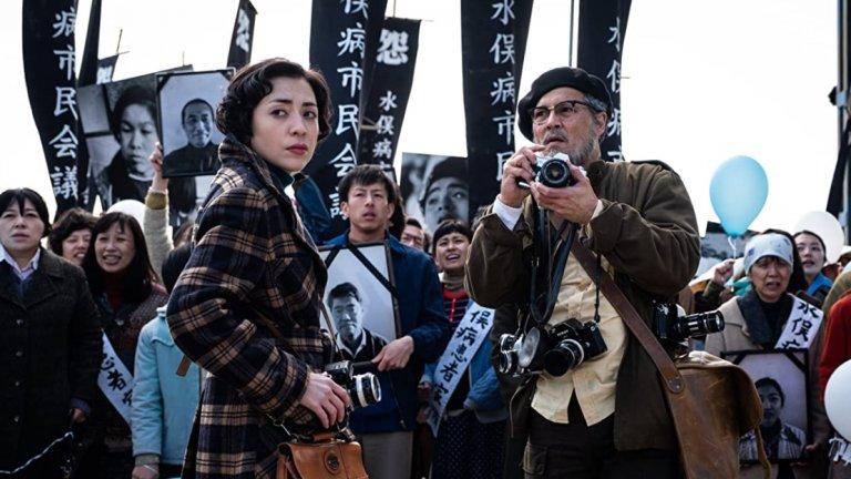 """""""Минамата"""" / MinamataДжони Деп влиза в кожата на американския фотожурналист Уилям Юджийн Смит, който е майстор на фотоесето. Тъкмо работата му стои в ядрото на този филм, който проследява неговото пътуване в Япония, където той документира пагубния ефект от отравянето с живак сред населението в крайбрежните общности.Резултатът: прям и силно въздействащ разказ за хората, които се противопоставят на корпоративните злоупотреби, и за добросъвестните журналисти, посветени на професията."""