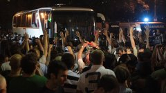 Недоволните граждани блокираха депутатския автобус