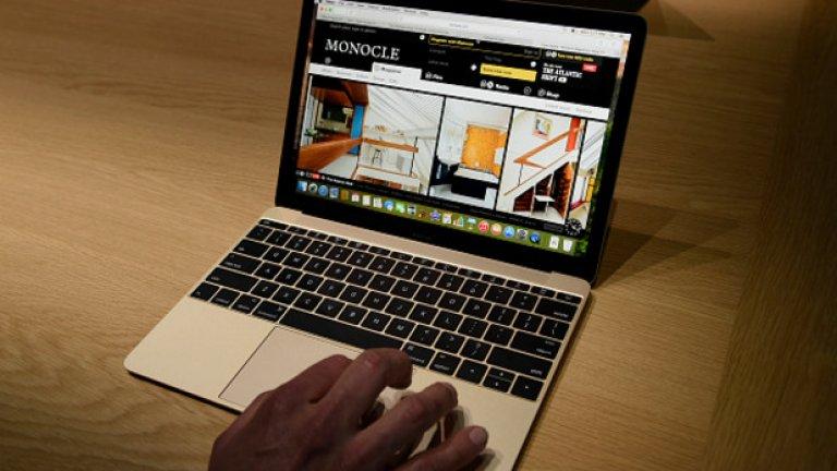Ето всъщност колко малък изглежда лаптопът, сравнен с голяма мъжка ръка