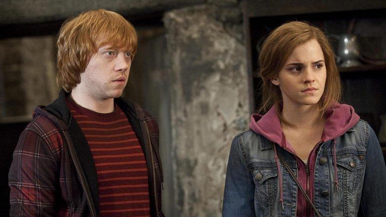 """Ема Уотсън и Рупърт Гринт в """"Хари Потър и Даровета на смъртта: Втора част"""" Двамата израстнаха заедно на снимачната площадка като Хармаяни Грейнджър и Рон Уизли по време на снимките от поредица за очилатия магьосник. Възприемайки се повече като брат и сестра, за тях е било особено неудобно да изиграят романтичната връзка между героите си в последната част на филимите за Хари Потър. И двамата приели трудно идеята, че трябвало да се целунат страстно заради силната им приятелска връзка, но в крайна сметка се справили отлично от първия път и не се наложило да повтарят неудобната сцена отново и отново."""
