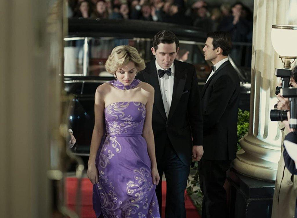 """Лъжа - принц Чарлз мрази танца на Даяна на фона на """"Uptown Girl""""На един от рождените дни на принц Чарлз двойката посещава Кралската опера, а Даяна изненадващо излиза на сцената и изнася истинско представление на фона на песента """"Uptown Girl"""" на Били Джоел. После в колата принцът се нахвърля на Даяна и определя танца ѝ като унижение и пълна гротеска.  В реалността Чарлз далеч не е бил толкова бесен и дори се е почувствал донякъде поласкан от необичайния подарък. Според документалния филм за принцесата """"Diana: The Women Inside"""", това, което е подразнило Чарлз е бил по-скоро опитът на съпругата му да привлече вниманието към себе си."""