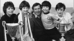 1984 г. Алекс Фъргюсън още не е сър, но току-що е спечелил дубъл с Абърдийн в Шотландия. Синовете му Марк, Дънкан и Джейсън, както и съпругата му Кати, споделят радостта с трофеите. Дарън е облечен с фланелка на Бразилия, а на снимката е на 12. По-късно стана шампион с Манчестър Юнайтед като играч, а от 10 години е мениджър из по-ниските нива на английския футбол.