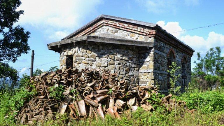 Българи е единственото от петте нестинарски села в странджанско, в което този ритуал все още се изпълнява. Това обаче не е пречка тук също да има затворени църкви.