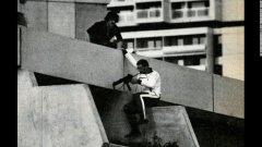 Мюнхен, 1972 г. Олимпиадата в Мюнхен става арена на събития, за които се пишат книги и снимат филми. Тридневната криза със заложниците - олимпийци от отбора на Израел, отнема живота на общо 17 души, като петима са атентаторите от палестинската организация Черния септември. Германската полиция атакува общежитията през покрива, а частите и са облечени в анцузи, като спортисти.