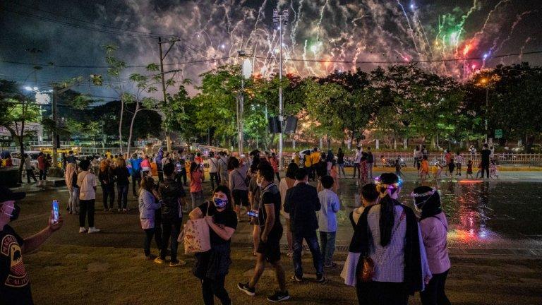 Манила  Филипинските власти призоваха хората да избягва големи събирания и дори заплашиха да арестуват нарушителите по време на новогодишната нощ. Страната продължава да се бори с нарастващия брой случаи на коронавирус. Затова малки групички наблюдаваха на открито фойерверките от новогодишните тържества.