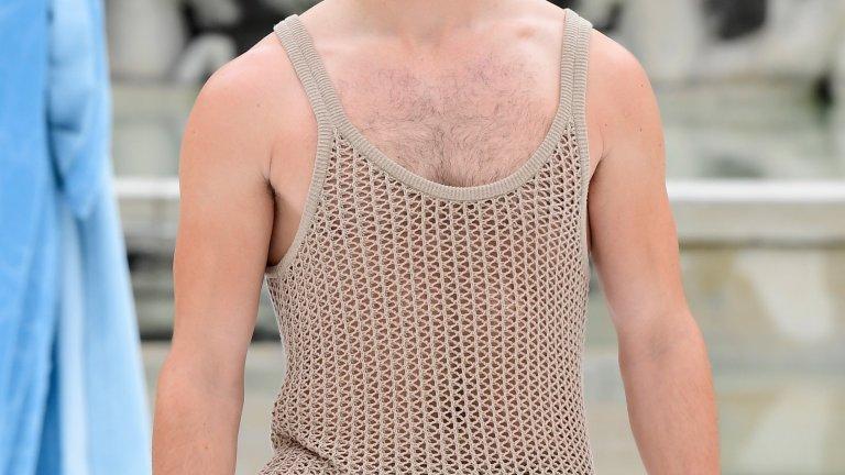 """Потниците също възкръснаха от зомби полетата на мъжката мода. И не става дума за плътни, """"мъжкарски"""", бели потници, а за по-лежерни и екстравагантни такива, като този мрежест потник, интересно комбиниран със слипове в същия нюанс на бежовото."""