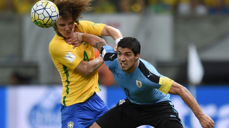 Луис Суарес в битка с Давид Луис по време на световната квалификация. Двубоят завърши 2:2, а Суарес отбеляза изравнителното попадение при завръщането си в националния отбор след наказанието от Мондиал 2014