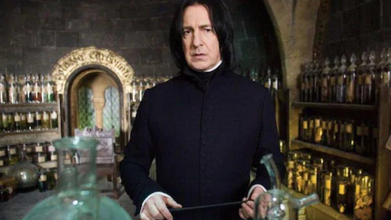 Най-известен обаче, Рикман си остава с ролята на професор Снейп във филмите за Хари Потър. Сивиръс Снейп е учител от отвари в училището за вълшебства Хогуортс. Той ненавижда Хари Потър заради приликата му с баща му, Джеймс, който е унижавал Снейп, когато двамата са били ученици. В шестия филм Снейп убива професор Албус Дъмбълдор и всички решават, че той най-после е взел страна: тази на Черния лорд. До края на историята обаче има още една книга (и два филма) и нещата може би не са такива, каквито изглеждат.