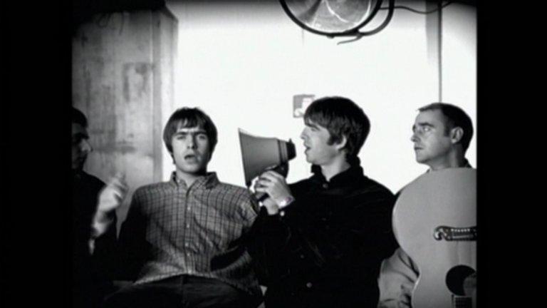 Oasis - Wonderwall Освен жени урагани обаче, има и такива, които само с присъствие могат да те накарат да запазиш разума си (неизменно загубвайки го по тях). За такъв тип жена се пее и в Wonderwall. А песента е от този тип, чийто текст всеки знае и всеки припява. Because maybe, you're gonna be the one that saves me/ And after all, you're my wonderwall...