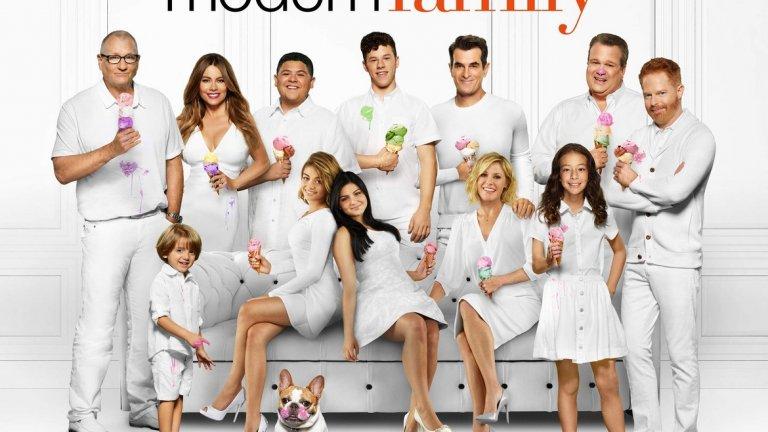 """След няколко малки телевизионни роли още като дете, Ариел успява да пробие в телевизията - получава ролята на Алекс Дънфри в комедийния сериал """"Модерно семейство"""" (Modern Family). Премиерата е през 2009 г., когато едва ли някой очаква сериалът да се превърне в такъв хит и да се задържи на екран цели 11 години."""