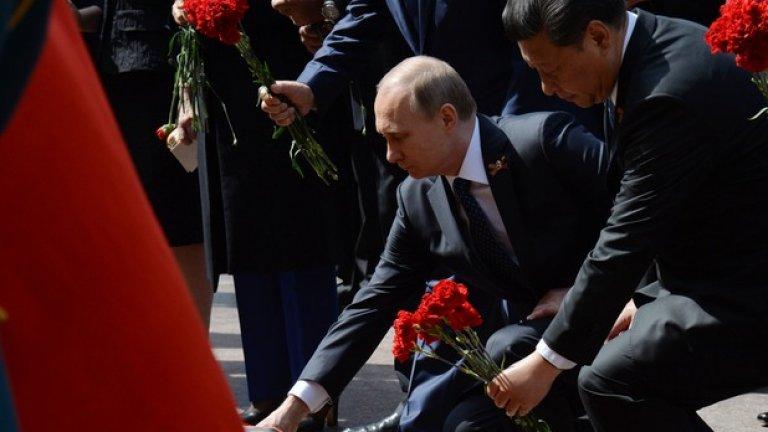 Владимир Путин и президентът на Китай Си Цзинпи поднасят цветя пред Паметника на Незнайния  Двамата президенти подписаха серия търговски договори, включително $25 млрд. китайско кредитиране на руски компании