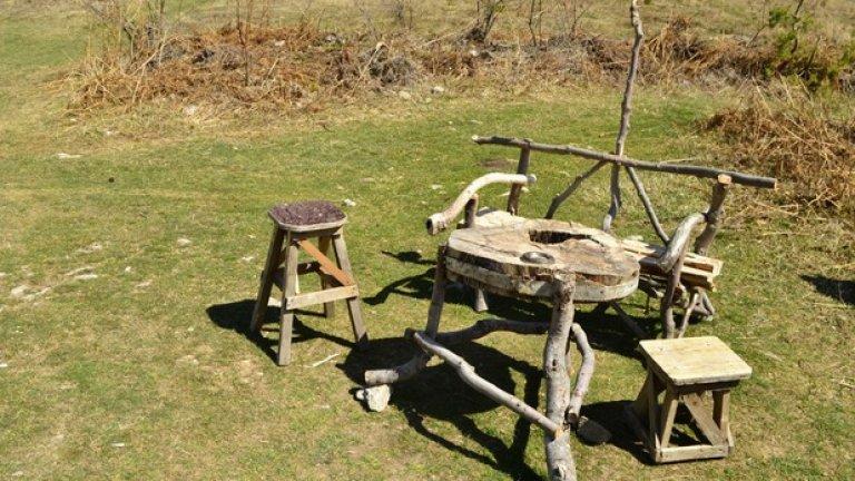 Неизвестен майстор е изградил артистични дървени мебели за отдих на туристите.