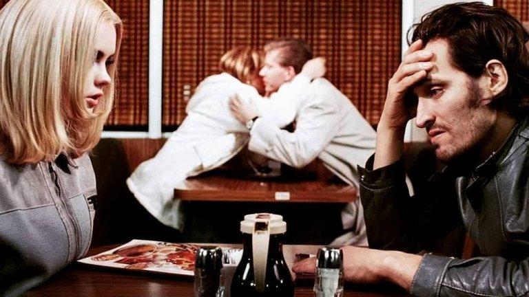 """""""Бъфало 66"""" (Buffalo '66) Филмът е една от най-дезориентираните романтични комедии, излизали някога на екран. Винсент Гало влиза в ролята на Били Браун - затворник, освободен след 5 г. зад решетките. Решен е отмъсти на човека, който го е вкарал на топло, но първо трябва да види родителите си и да си осигури алиби за лъжата, че се е оженил и е бил на почивка. За тази цел Били отвлича Лайла (Кристина Ричи), която е принудена да играе по правилата му. Първоначално """"Бъфало 66"""" може да се сравни с филм, направен от Дейвид Линч, но това сравнение не е напълно оправдано. Общото между Линч и Винсент Гало, който е и режисьор на филма, е оригиналният прочит. А """"Бъфало 66"""" е красив, емоционално задълбочен и по някакъв странен начин - романтичен."""