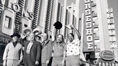 """Легендарните тексаски комарджии пред казино """"Binion's Horseshoe"""" в Лас Вегас, където през 1970 г. започват да се провеждат Световните серии по покер WSOP"""