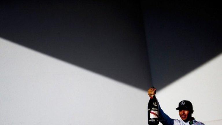 Люис Хамилтън, който стана световен шампион тази година във Формула 1, празнува победата си на Гран При на САЩ на втори ноември