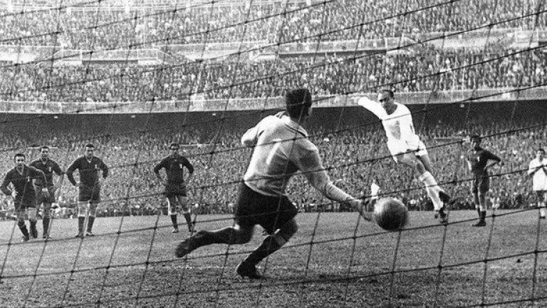 """Алфредо Ди Стефано дава аванс на """"кралете"""" преди Франсиско Генто да оформи крайното 2:0 срещу Фиорентина перз 1957 г."""