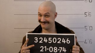 """Бронсън/Bronson (2008)""""Бронсън"""" е биографичен филм, режисиран от Никълъс Уиндинг Рефн. В него Харди пресъздава плашещо достоверно образа на затворника Майкъл Гордън Питърсън, който впоследствие получава псевдонима """"Чарлс Бронсън"""". Лентата разказва за това как Бронсън се превръща в един от най-опасните престъпници на Великобритания, което пък води до това, че той прекарва по-голямата част от зрелия си живот в затвор или лудница. Филмът има необичаен артистичен дух, който допълва чудесно изпълнението на Том Харди. Той приковава вниманието на зрителя от началото до самия финал, независимо дали пречупва """"четвъртата стена"""" и широко ухилен говори на зрителите, показва """"кротките"""" моменти от живота на Питърсън или тези на най-крайно умопомрачение."""