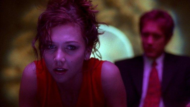 """""""Секретарката"""" (2002) Режисьор: Стивън Стейнберг Участват: Меги Гюленаал, Джеймс Спедър Това е вероятно филмът, който, както писа вече Webcafe, има най-силно влияние върху """"50 нюанса сиво"""". На всичкото отгоре, името на героя, изигран от Сперър отново е Грей, само че  този път Едуард. Филмът разказва за отношенията между обседен от усещането за контрол адвокат, който започва  BDSM връзка със своята нова млада секретарка"""