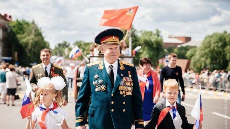 Червеното знаме и червената връзка се върнаха в Русия