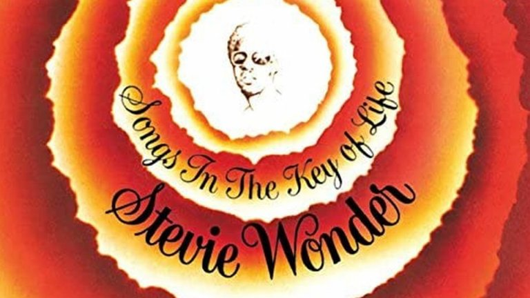4. Stevie Wonder, 'Songs in the Key of Life' (1976 г.)  Майсторски албум, който събира в себе си широк набор от житейски преживявания - от радостта от новото дете до поклон пред музикалните герои на Уондър. Слепотата на изпълнителя не се оказва пречка за записа на песни с по няколко куплета - музикалният инженер Джон Фишбах по микрофон му чете текстове в слушалките секунди преди Уондър да ги изпее по изпълнен с мощ начин.