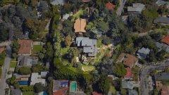 Първата къща на Брад Пит в Холивуд е купена през 1994-година за 1.7 млн. долара. Това е традиционна за Калифорния постройка, която е предпочитаното място за прекарване на времето на семейството. През годините те разшириха имението, закупувайки околни имоти. Къщата има басейн и градина за децата, в която има пързалка и пясъчник