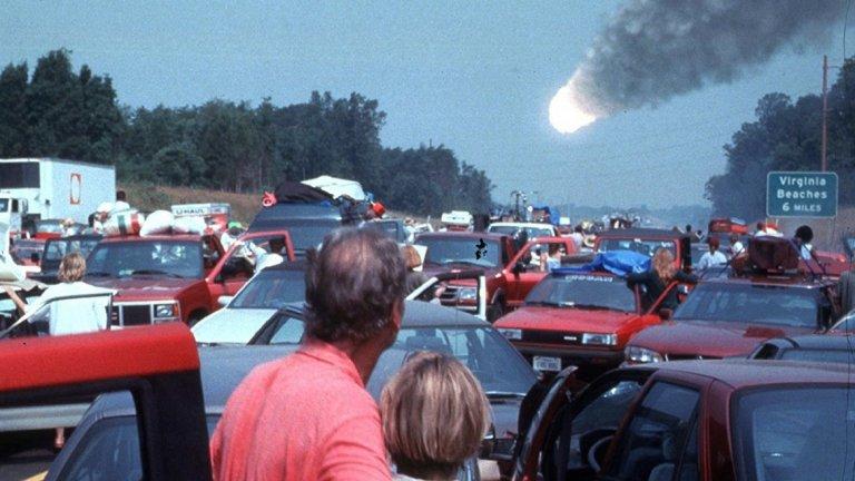 Deep Impact / Смъртоносно влияние (1998) - 1997-а е била годината на вулканите. Следващата - на космическите заплахи. И тук комета застрашава живота на Земята и отново екип от астронавти е пратен, за да я унищожи с ядрени оръжия. Може да няма Брус Уилис и Лив Тейлър, но Моргън Фриймън като президент е нещо, на което човек лесно може да се зарадва. А и реално се стига до някакъв катаклизъм, а не всичко е цветя и рози.