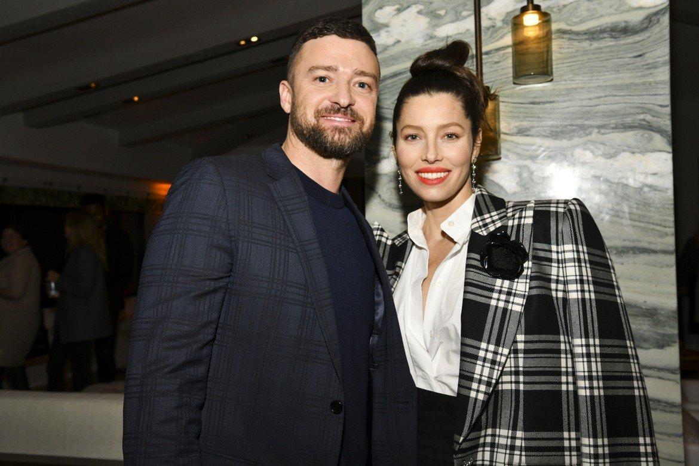 В края на 2019 г. се появиха снимки, на които Тимбърлейк държи за ръка актрисата Алиша Уейнрайт, с която по това време се снима във филм. Певецът и актьор по-късно се извини публично в Instagram по-късно, като обясни, че тогава е прекалил с алкохола и не е преценил ситуацията правилно. Също така обаче подчерта, че между него и колежката му не е станало нищо.