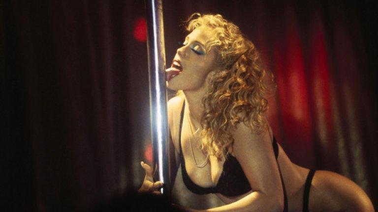 """""""Стриптизьорки""""    Холандският филмов майстор на секса и насилието Пол Верховен създава необикновена, полуосъзната пародия на архетипа за възхода и падението. """"Стриптизьорки"""", познат още като """"Шоугърли"""", е епична медитация върху екзистенциалните дилеми пред секс-звездите на Лас Вегас.    Всичко в този филм е толкова преувеличено и неадекватно, че няма как да не заподозрем Верховен в откосена гавра с очакванията и вкуса на масовата публика."""