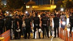 """Турската полиция проведе мащабна акция в Истанбул и обиски на 16 различни адреса. Бяха задържани 13 души във връзка с тройния терористичен атентат на летище """"Ататюрк"""" във вторник"""