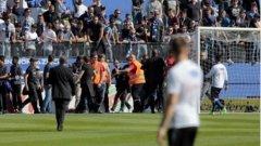 Момент от събитията преди мача, когато ситуацията излезе извън контрол