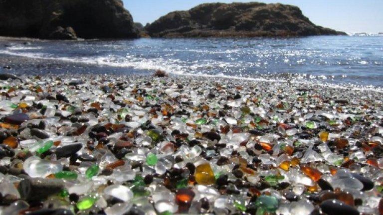Стъкленият плаж близо до Форт Браг, Калифорния, се е образувал от боклука, изхвърлян във водата от местните и разбит на песъчинки от вълните. Извхърлянето на боклук там вече е забранено, но стъкленият пясък си остава
