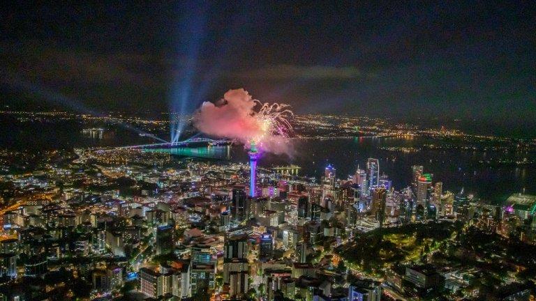 Окланд  В Окланд, Нова Зеландия, хората се любуваха на впечатляващо светлино шоу от SkyTower, но без големи събирания заради пандемията.