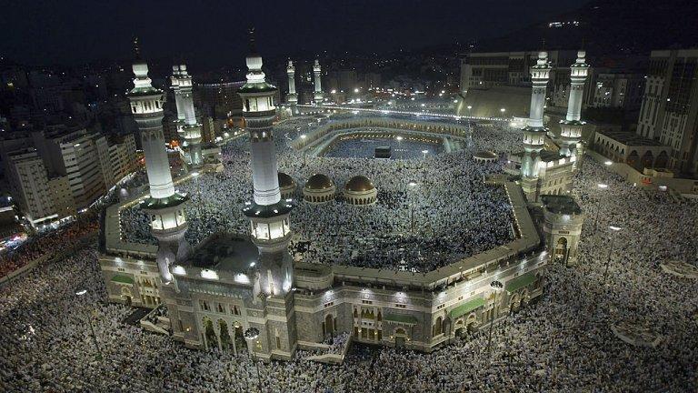 2,5 милиона поклонници от цял свят обичайно се стичат в свещените градове Мека и Медина