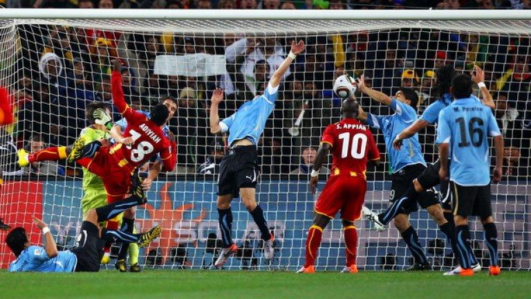 """Луис Суарес Всички знаем головите му рекорди в момента, но Суарес се представи на света в края на миналото десетилетие с безбройните си попадения за Аякс, а на Мондиал 2010 окончателно всички научиха името му след една любопитна случка. Уругваецът изби от голлинията с ръка удар на противников футболист в последната минута на продълженията на четвъртфинала с Гана. В крайна сметка той беше изгонен заслужено, но """"урусите"""" продължиха след дузпи."""