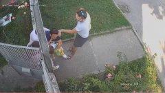 Записът от охранителна камера, заснела инцидента, е качен тази сутрин в личния профил на майката във Facebook