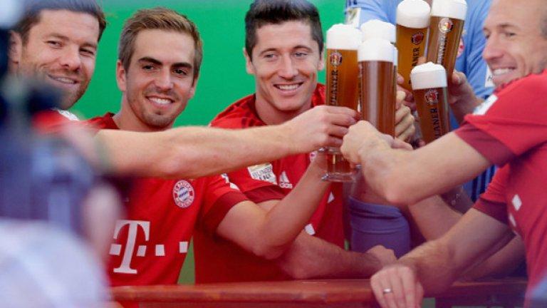 Футболистите на Байерн (Мюнхен) заснеха традиционната си фотосесия преди Октоберфест