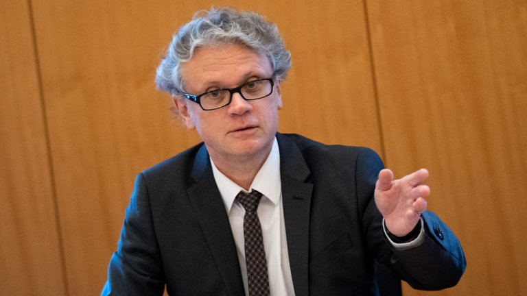 """17. Йоханес Каспар  Като ръководител на агенцията за защита на данните в Хамбург Йоханес Каспар се утвърди като един от най-гласните и силни """"ястреби"""" в света по темата поверителност върху личните данни. Той подсили битката на Брюксел за """"подчиняване"""" на големите технологични компании на стриктни правила и регулации. Съвсем наскоро Каспар започна кръстоносен поход срещу дигиталните лични асистенти като Alexa на Amazon и гласовия асистент на Google с аргумента, че начинът, по който технологичните компании обработват аудио файлове, може да наруши поверителността на потребителите. Макар да е само един от 16 официални лица в Германия, занимаващи се със защитата на личните данни, наред с още десетки други в Европа, Каспар отдавна е надскочил юрисдикцията си. Което може да значи само, че важността му в общия план ще продължи да се повишава, особено при евентуално придобиване на нови постове, особено на фона на все по-строгата политика спрямо технологичните гиганти в ЕС."""