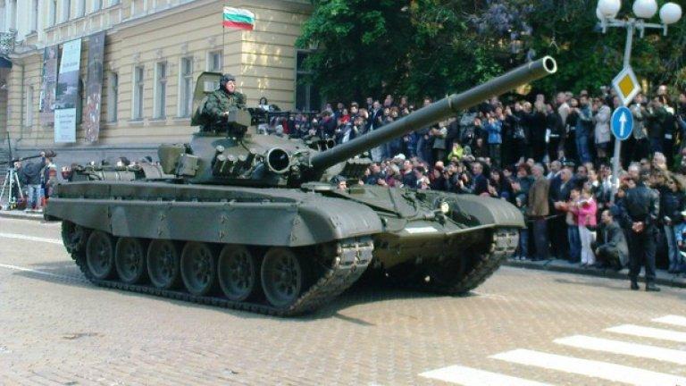 Т-72М1 Единственият основен боен танк на въоръжение в България е Т-72М1. Танкът тежи 42 тона, задвижван е от дизелов двигател с мощност от 780 hp и е защитен от многослойна броня. Екипажът е от трима души, а основното въоръжение се състои в 125-mm оръдие с автоматично зареждане.