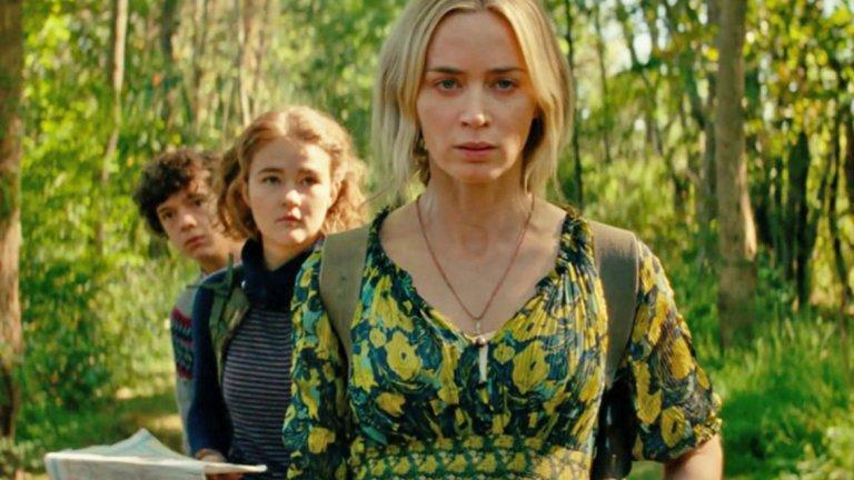 """""""Нито звук 2"""" Премиера: 20 март  Едно от най-важните заглавия на месеца всъщност е хорър. Актьорът Джон Кразински впечатли с първия """"Нито звук"""" (A Quiet Place) - история за свят, в който хората са принудени да живеят в пълна тишина, ако не искат да станат жертви на ужасяващи чудовища.  Вторият филм проследява оцелелите членове на семейство Абът, начело с майката Евелин (Емили Блънт). Те вече не са в безопасност в дома си и се сблъскват с рисковете във външния свят, където оцеляването зависи от това да си тих. Но не само създанията, търсещи жертвите си по шума, са опасни..."""