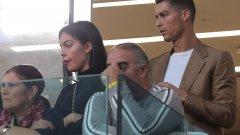 Наказаният Кристиано Роналдо и половинката му Джорджина Родригес гледаха победата на Ювентус с 3:0 над Йенг Бойс от трибуните