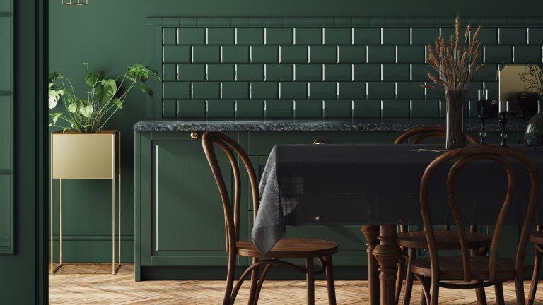 Тъмни стени Свикнали сме кухнята да е по-скоро в светли, отколкото в тъмни цветове. Има обаче и предимства в това да заложите на малко по-мрачните нюанси - създава малко по-тежка, сериозна атмосфера, както и усещането, че е по-стилна. В случая на снимката решението е дори по-смело - всичко да е в един цвят. Липсата на контраст донякъде ни липсва, но по този начин нещо съвсем малко изпъква още по-ясно - като например едно растение.
