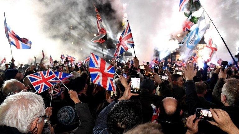Празненства и помени отбелязаха края на 47-годишно партньорство. В Лондон хора, подкрепящи Брекзит, празнуваха отделянето от ЕС.